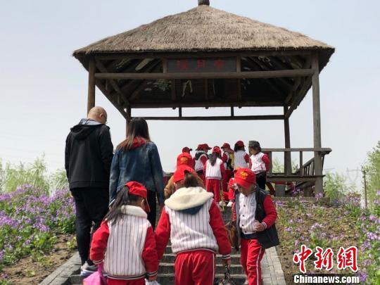 孩子们来到曹文轩著名作品《草房子》的场景原型里。 顾名筛 摄