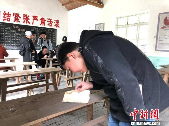参观曹文轩曾经读书的小学教室。 顾名筛 摄
