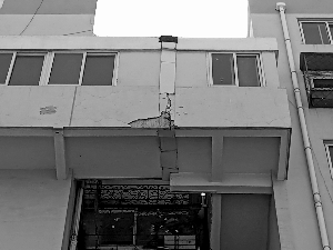 居民楼走廊现裂痕 物业称实为沉降缝