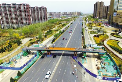 大阅城人行过街天桥主体桥梁吊装完毕