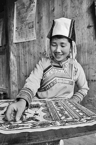 贵州省榕江县三江乡冷衣村二组苗族妇女在制作蜡染。李长华摄/光明图片