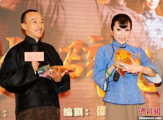 资料图:赵立新(左)。<a target='_blank'  data-cke-saved-href='http://www.chinanews.com/' href='http://www.chinanews.com/'><ppictext