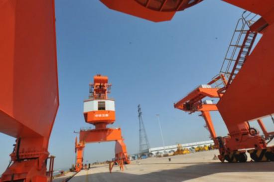 正在做最后调试工作的长沙铜官港重型塔吊设备(4月9日摄)。