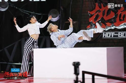 《热血街舞团》1V1pk赛30强将揭晓 陈伟霆不满选手表现全程严肃脸