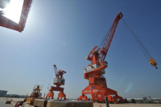 即将投入运营的长沙铜官港塔吊设备(4月9日摄)。图片均由新华社记者龙弘涛摄