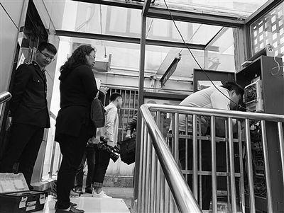 苏州一老小区私装电梯被查封 呼吁尽快出台老旧小区加装电梯规范