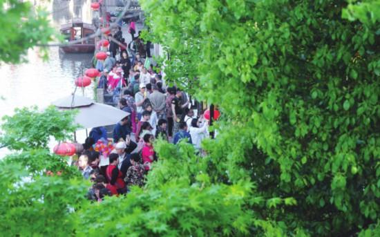 苏州进入旅游旺季 山塘老街吸引众多游人