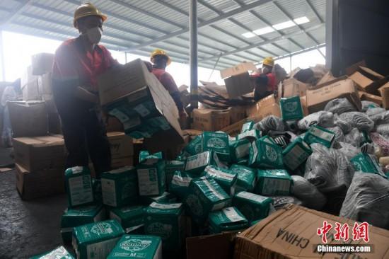 厦门海关集中销毁纸尿裤、鞋材等侵权货物近10万件
