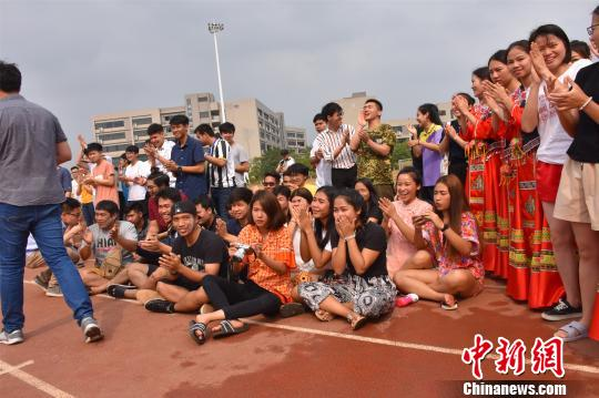 """泰国师生广西欢度泼水节与中国师生上演""""泼水大战"""""""