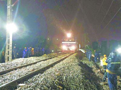 京广下行线塌陷段抢修完毕 先通行货车再通客车