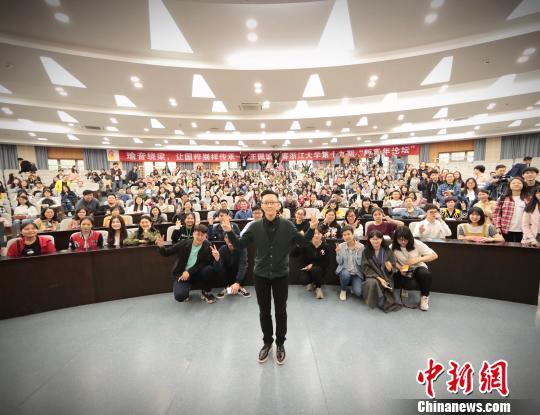 王��瑜与学生合影。主办方提供