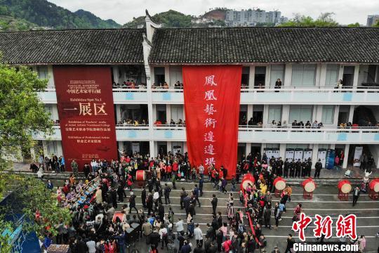 """凤凰古城举行""""艺术边边场""""将世界书画交易平民化"""