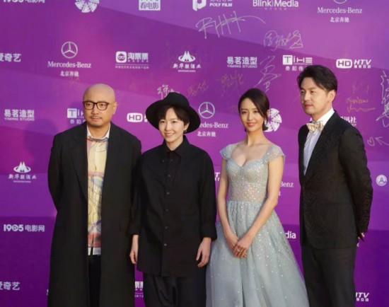 雷佳音、佟丽娅以及导演苏伦携新片《超时空同居》登上红毯