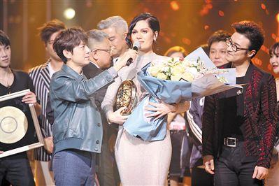 """Jessie J夺""""歌王""""  歌手后台齐叹""""服"""""""