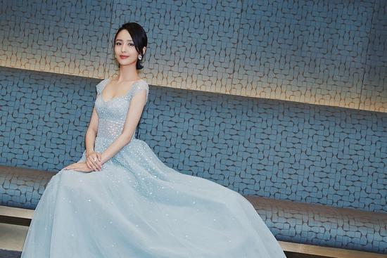 佟丽娅优雅亮相北影节红毯 各大媒体报道喜剧天赋