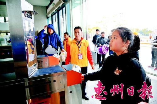 厦深铁路惠州南站启用了人脸识别自助验证通道。 本报记者王建桥 摄