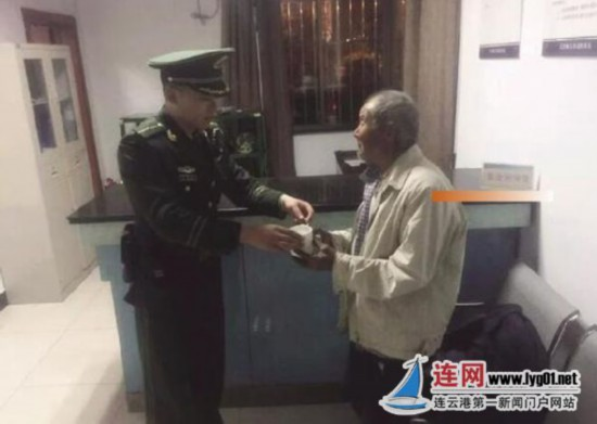 连云港八旬老人流落街头 民警凌晨护送回家