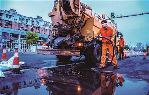 徐州排水管网养护工人通宵作业 疏通排水系统