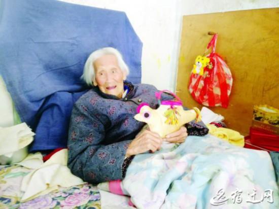 变废为宝 宿迁沭阳108岁老太做布公鸡送人