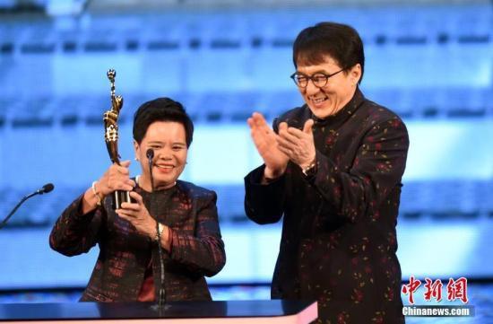 4月15日晚,第37届香港电影金像奖颁奖典礼在香港文化中心大剧院举行,今年的专业精神奖由提供茶水阿姐杨蓉莲(左)获得,奖项颁奖嘉宾为成龙。<a target='_blank'  data-cke-saved-href='http://www.chinanews.com/' href='http://www.chinanews.com/'><p  align=