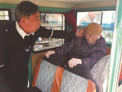 """怕97岁卧床老母亲长褥疮 镇江67岁孝子每天带其""""兜风"""""""