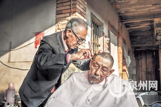 """泉州92岁理发师下乡给老人理发 """"头""""等事可马虎不得"""