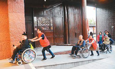 坐轮椅赏美景 台胞圆梦张家界