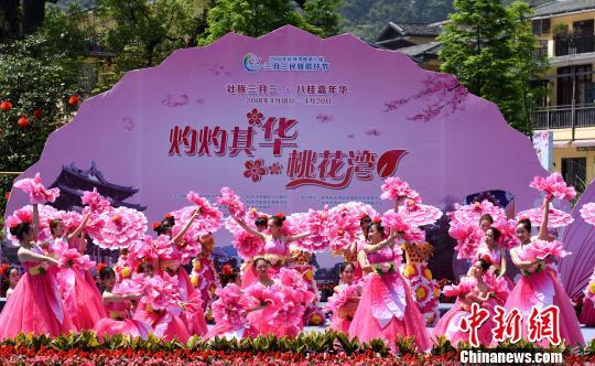 广西桂林上演原生态山歌歌王擂台赛