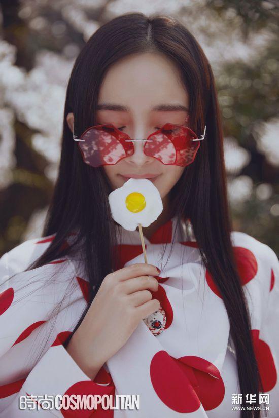 杨幂手持红伞立于樱花树下