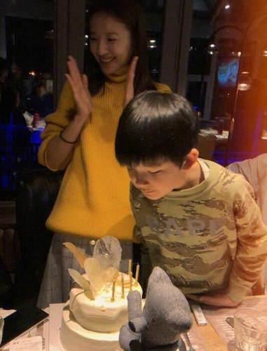 董洁与儿子一起庆祝38岁生日 开怀大笑幸福满满