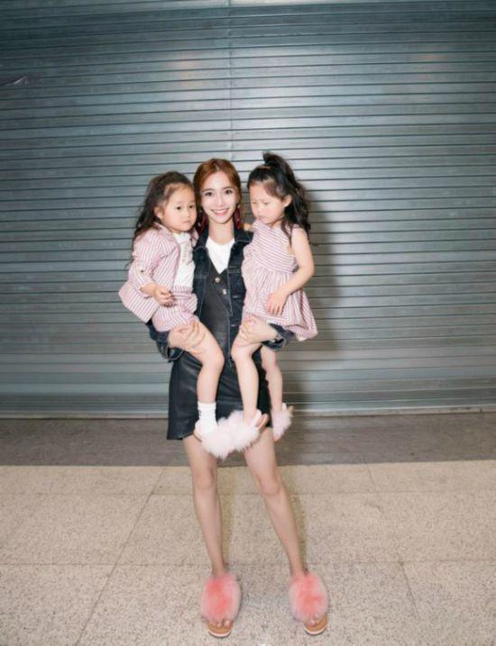 angelababy抱两娃神色轻松 为母则刚臂力惊人