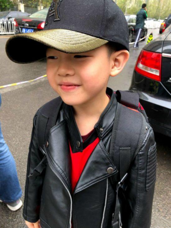 安吉棒球帽配黑皮衣帅破天际 网友感叹:大安吉又帅了