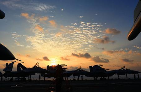 辽宁舰编队开展实兵对抗演练迎接海军69岁生日