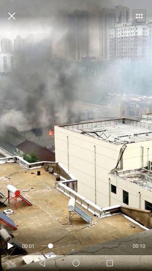 淮安一厂房着火浓烟翻滚 临近住宅玻璃被烧烫