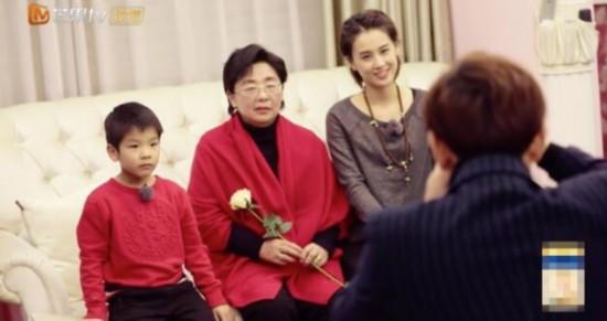黄圣依妈妈年轻照曝光颜值高 衣服穿30年超勤俭