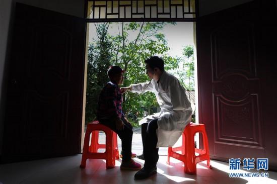(图片故事)(1)27年独臂守望:只为践行医者的诺言