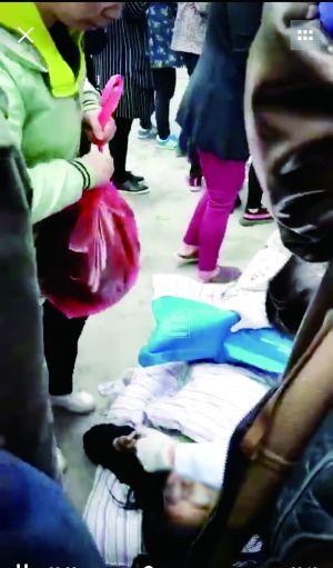泰州靖江一居民楼突发火灾 邻居用被子接住逃生小女孩