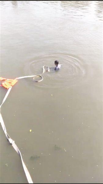 盐城东台一女司机驾车冲进5米深河 不幸身亡