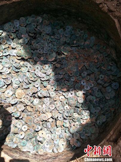 河北南和在一瓮中发掘出400余公斤宋代铜钱币