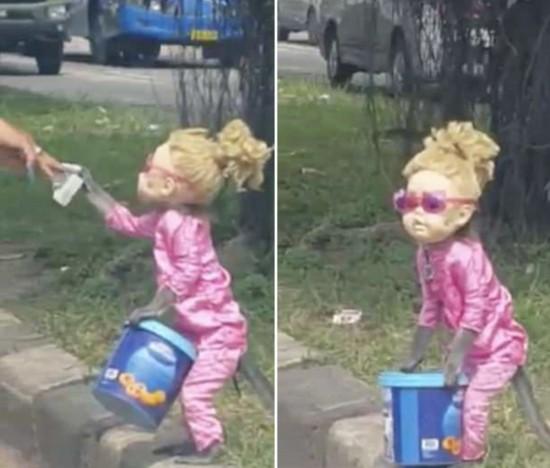 怪诞!印尼一猴子被打扮成洋娃娃路边表演乞讨(图)
