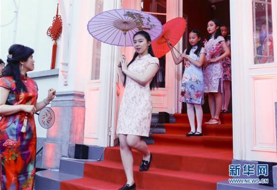 布鲁塞尔举行中国传统服装秀