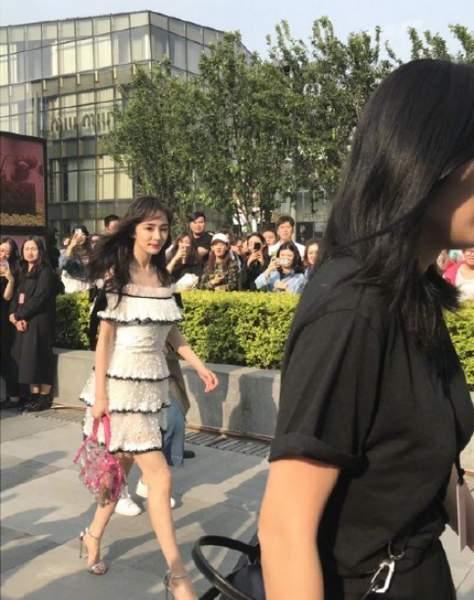 杨幂剪空气刘海少女感十足 穿一字肩短裙秀完美身材