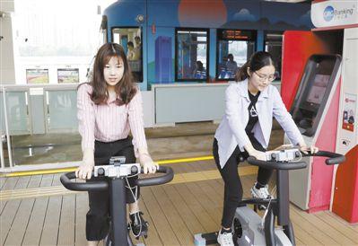 等车乘客踩单车为站台发电