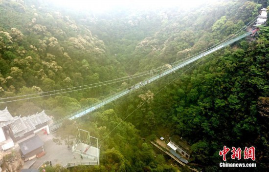 空中鸟瞰福建三明险峻的高空玻璃悬桥