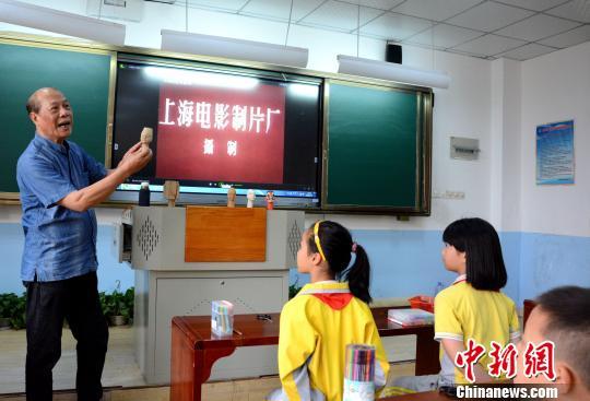 福建非遗木偶进校园 学生亲身体验兴趣浓