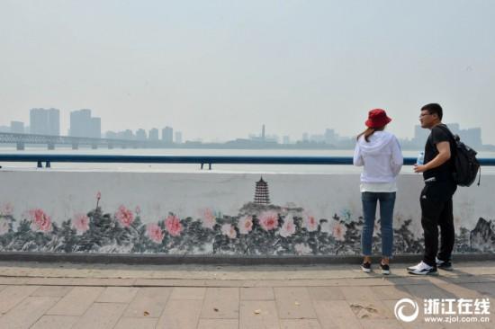 杭州钱塘江堤彩绘水墨画卷