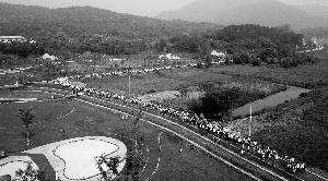 南京老山马拉松赛鸣枪开跑 90后选手现场求婚