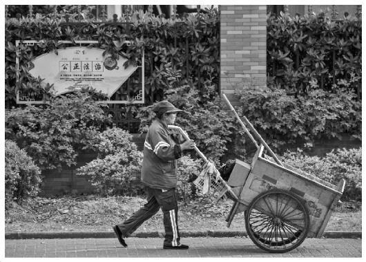 上海部分地区环卫工人现状:工资待遇社保标准各异