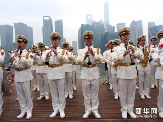 中外管乐团队巡游黄浦江