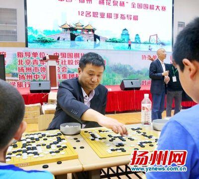 吴新宇五段在与小棋手进行多面打指导。蒋永庆摄
